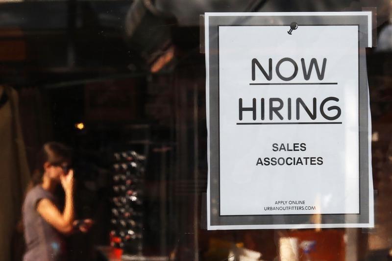 "© Reuters.  环球早报:经济数据疲软美元承压 ""非农夜""来袭"