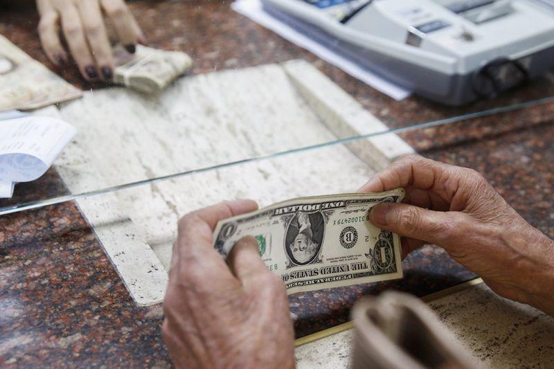© Reuters.  《全球汇市》美元下滑,因报导称美国官员寻求同中国进行新一轮贸易谈判