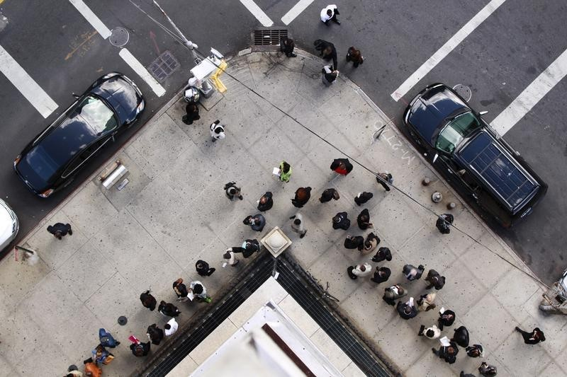 美国初请失业金人数暴增660多万 美国股指期货涨幅直线跳水