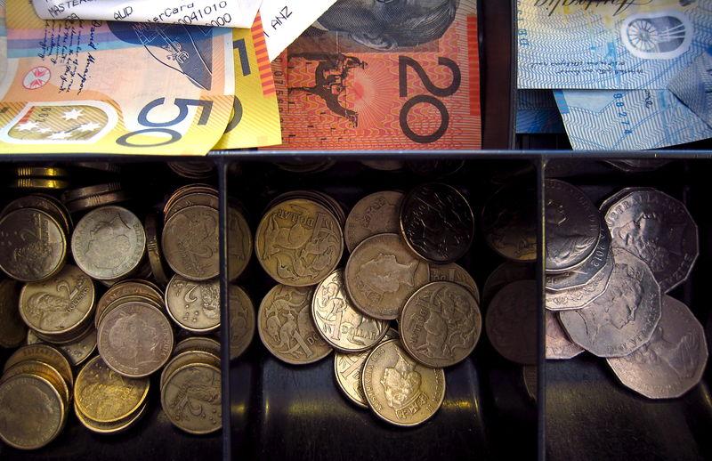 """© Reuters.  澳联储打响全球央行协同降息""""第一枪"""":下调利率25基点至纪录新低"""