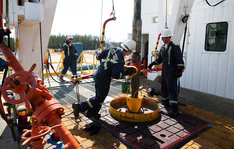原油交易提醒:经济数据疲软叠加严峻疫情,油价重挫3%,警惕见顶风险